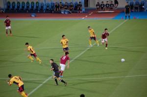 午後7時、慶大ソッカー部(サッカー部)のキックで 試合開始