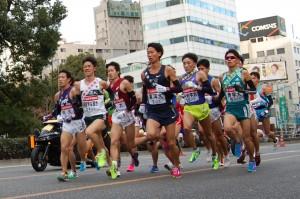早大中村信一郎選手他、JR品川駅前を通過する1区トップ集団