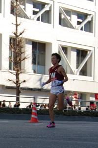 JR品川駅前を第5位で通過する10区早大田口大貴選手